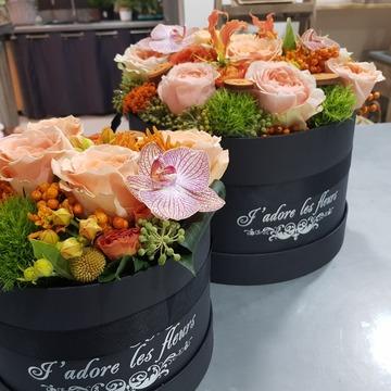 Boite à chapeau avec ses fleurs