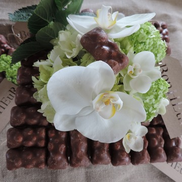 Composition florale avec chocolat pour anniversaire